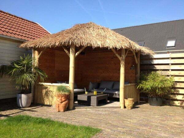 abri jardin ou paillote bambou avec toit en paille
